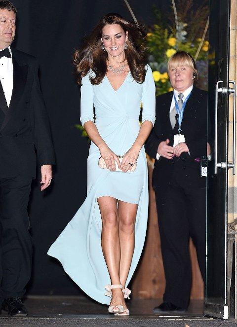 STILIG: Kate så ut til å ville pynte seg litt ekstra for anledningen når hun endelig klarte en dag ute.
