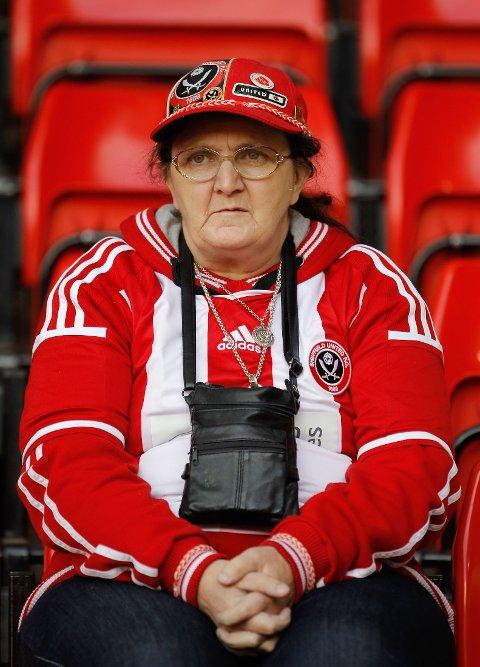HUMOR: Fotballfans som dukker opp i kamp i fullt draktutstyr blir harselert med på sosiale medier. Her er det en eldre fan av fotballklubben Sheffield United som koser seg med kamp. Vedkommende er ikke på Twitter-kontoen Fullkitwankers... så vidt vi vet.