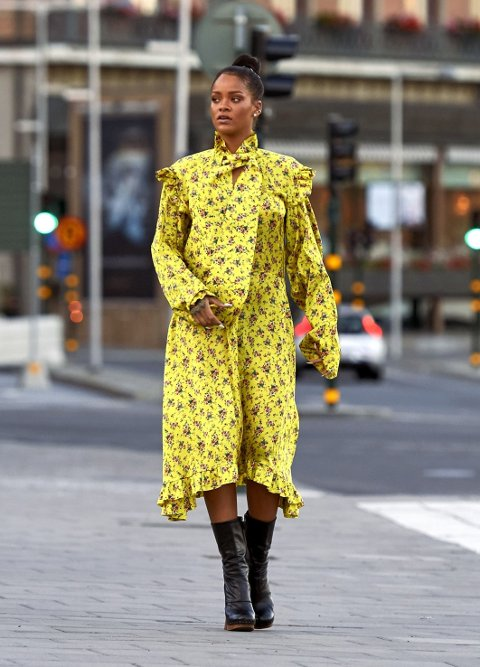 SI DET MED BLOMSTER: Rihanna i en oversized blomsterkjole.