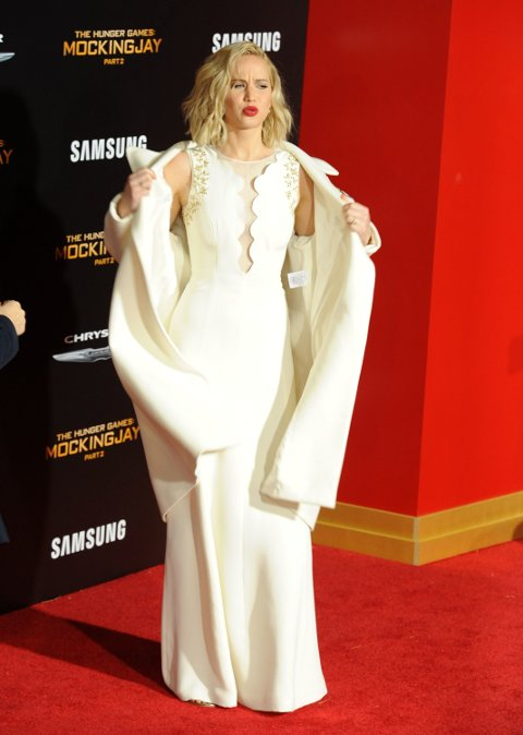 SISTE UT: Jennifer Lawrence ankommer «The Hunger Games: Mockingjay - Part 2» i Los Angeles i hustrig vær.