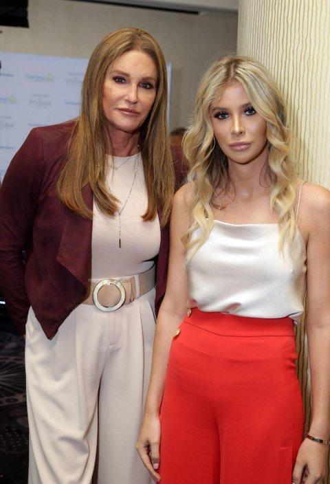AVKREFTER FORLOVELSE: Caitlyn Jenner sammen med Sophia Hutchins under en prisutdeling i Los Angeles i slutten av april 2018. Ryktene har gått en lengre periode om at de to har et forhold.