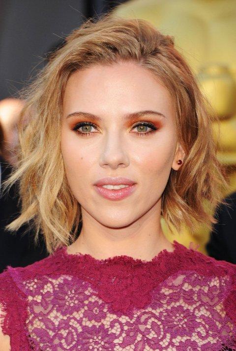 Scarlett Johansson sin fiolette blondekjole fra 2011 var nydelig, men hva skjer med den orange øyenskyggen?