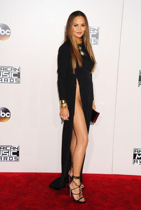 WOW! Splitten over alle splitt. Chrissy Teigen er mandagens mest omtalte kjendis etter nattens American Music Awards.
