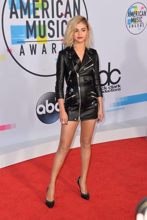 Selena Gomez i en råkul jakkekjole på den røde løperen under American Music Awards.