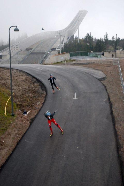 GODE FORHOLD HELE ÅRET: Nå kan skiløperne trene året rundt på den nyeasfalterte rulleskiløypa i Holmenkollen. Her tester Eirik Brandsdal og Anders Gløersen nedoverbakken.
