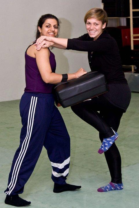 VELRETTET: Saadia Naweed (25) og Kaia Skare Lier (27) demonstrerer hvordan man kan bruke knær mot områder der de har mest effekt.