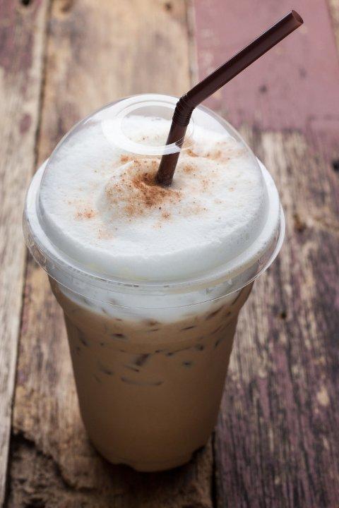 BLOKKERER: Koffeinen gjør deg egentlig ikke mer våken, den bare bare blokkerer signalene om trøtthet til hjernen.