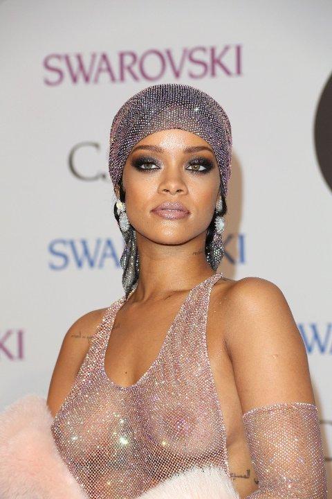 Med dramatiske smokey-eyes ser Rihanna nydelig ut. Leppene er i nude.