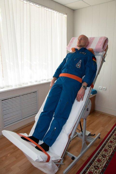 RITUALER: Både russiske og amerikanske astronauter må gjennom en rekke absurde ritualer og tradisjoner før de blir skutt opp i verdensrommet. Her er det den astronauten Alexander Gerst som utfører diverse tester før han ble sendt til den internasjonale romstasjonen i mai 2014.