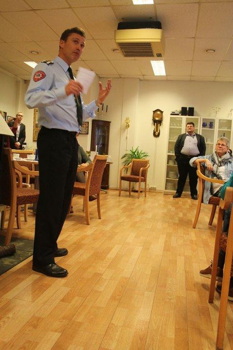 FOREBYGGENDE ARBEID: Brannsjefen i Oslo, Jon Myroldhaug, ga tilhørerne flere gode råd om brannvern før den forestående julefeiringen.