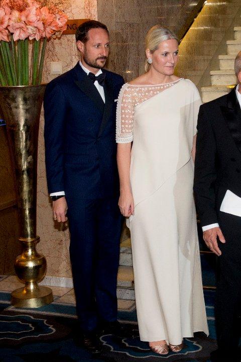 OSLO: Kronprins Haakon og kronprinsesse Mette-Marit ankommer nobelbanketten på Grand Hotel i Oslo torsdag kveld.