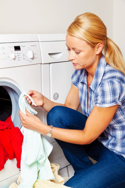 LES INSTRUKSENE på plaggene og vaskemiddelet.