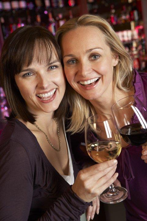 KVINNER drikker mer enn før, viser mange undersøkelser. Samtidig tåler kvinner mindre alkohol enn menn.
