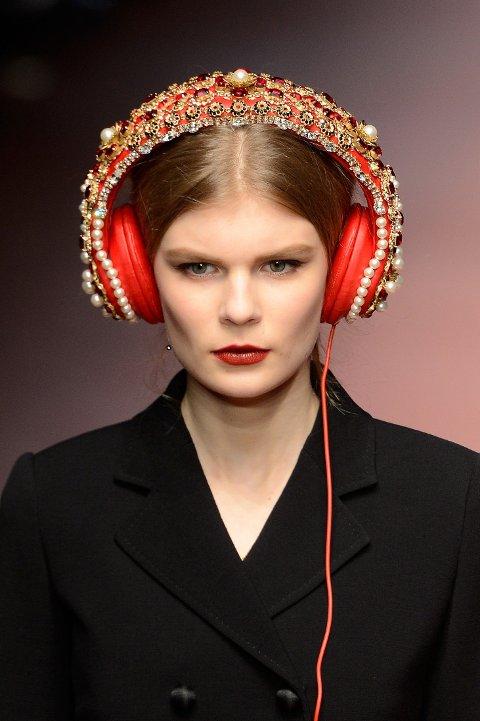 EDELSTENER: Befengt med både krystaller og edelstener. For 55 000 kroner kan du altså kjøpe deg dette headsetet, fra Dolce & Gabbana.
