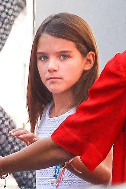 SURI CRUISE har blitt ni år gammel og har utvilsomt arvet sitt utseende fra sin mor.