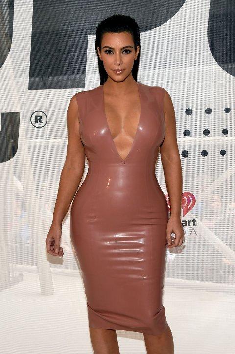 MOTEIKON: Kim Kardashian har gått fra å være en realitystjerne ingen ville kle opp, til å bli et moteikon designerne betaler for å sitte på første rad. Foto: Getty Images