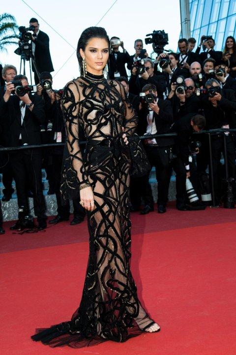 RØD LØPER: Kendall Jenner ankommer premieren til filmen From The Land Of The Moon i Cannes - i en svært avslørende kjole.