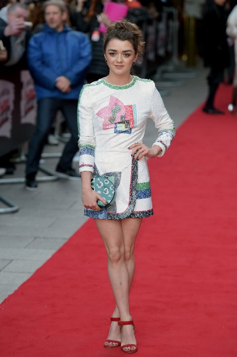 Maisie Williams holder seg ikke til en stil, men veksler mellom flere. Hun er imidlertid glad i korte kjoler og skjørt.