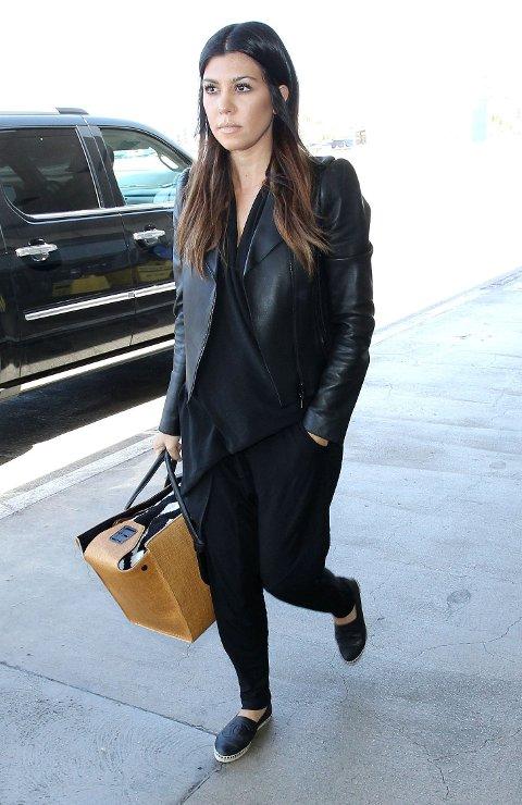 Kourtney Kardashian er kjent for sin bohemske og avslappede stil. Her har hun gått for et helsvart antrekk i skinn og bomull. Legg merke til de trendy espedrillos-skoene som er hottere enn noen gang i sommer.