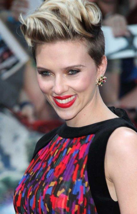 Scarlett Johansson er både klassisk og edgy på en gang.