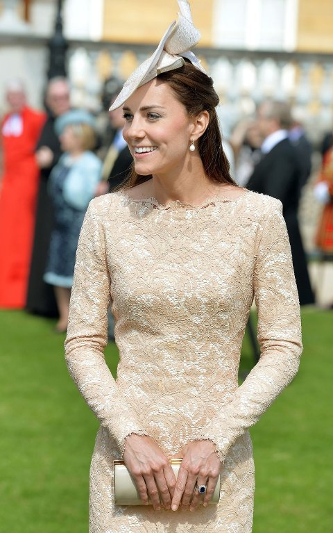 Kate hadde stylet Alexander McQueen-kjolen med klassisk tilbehør som hatt, perler i ørene og en clutchveske. Legg merke til Kates flotte midje.