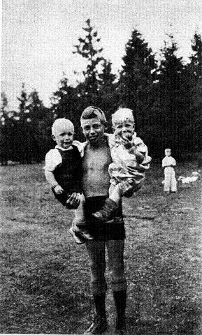 Torstein, den eldste av syv, med sine små søsken på 1½ og 3 år.