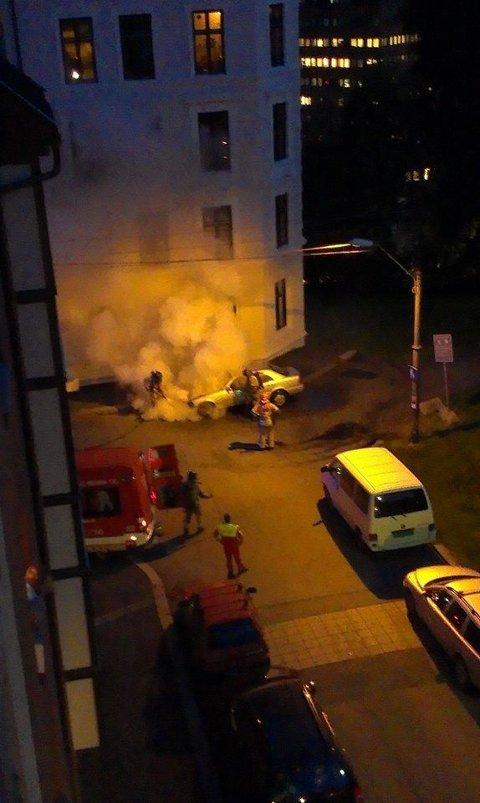 Natt til onsdag brant denne bilen i Norderhovgata på Kampen. Beboere i området er bekymret og redde etter den fjerde brannen på få måneder.
