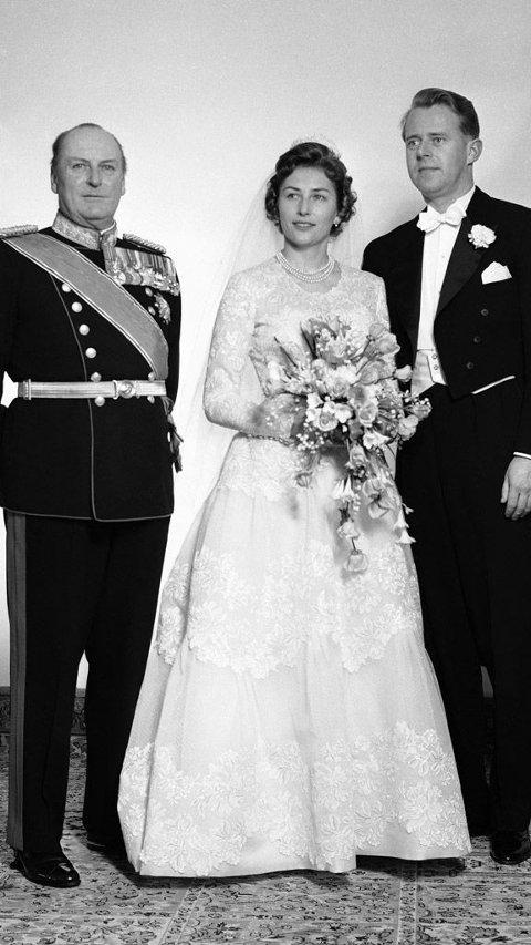 12. januar 1961 giftet prinsesse Astrid seg med Johan Martin Ferner. Her sammen med hennes far, kong Olav V.