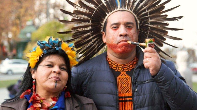 Leder og koordinator for urfolkssammenslutningen APIB, Sonia Guajajara og Dinaman Tuxá, poserer for kamera på Løvebakken utenfor Stortinget.