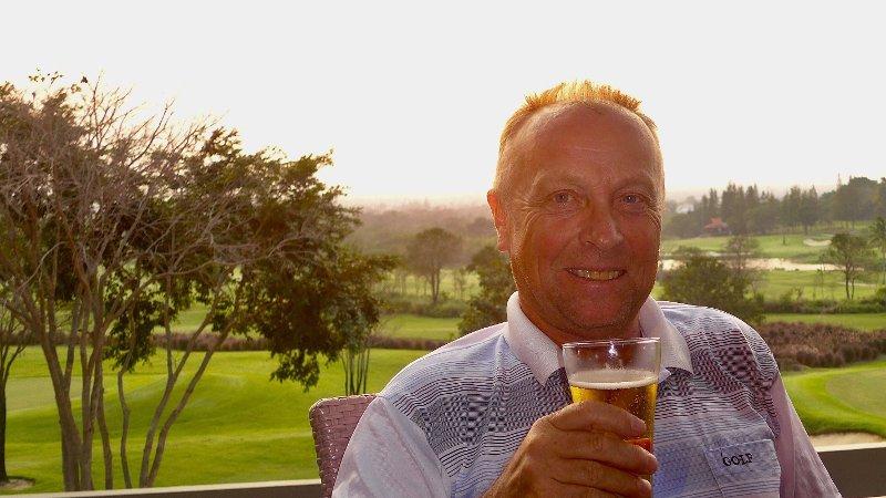 KLARER SEG BRA: Harry Ellingsen merker at pensjonsutbetalingene fra Norge ikke rekker like langt som før, særlig på golfbanen, men det er mye å gå på, forteller han.