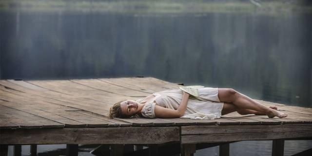 Iben Akerlie som Lillian i «De dødes tjern».