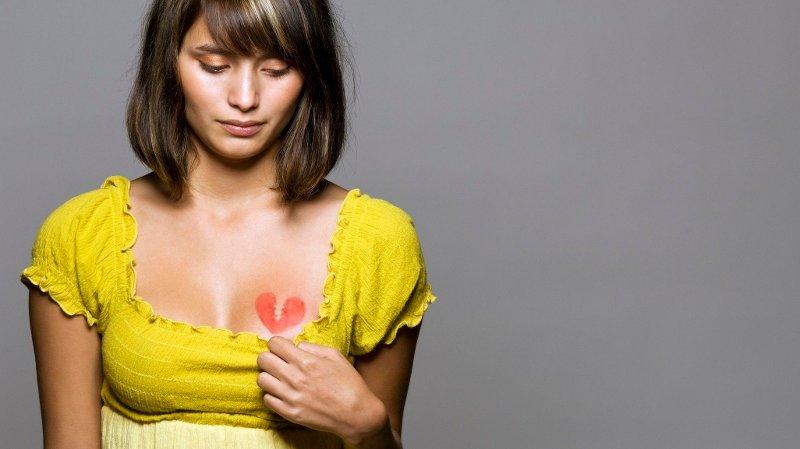 Bilde av ung kvinne med gul topp og påtegnet hjerte på brystet. Nettavisen lanserer sex og samlivsspalte. Der kan du sende inn dine spørsmål anonymt. Utvalgte spørsmål vil bli besvart av sexolog eller samlivsekspert.