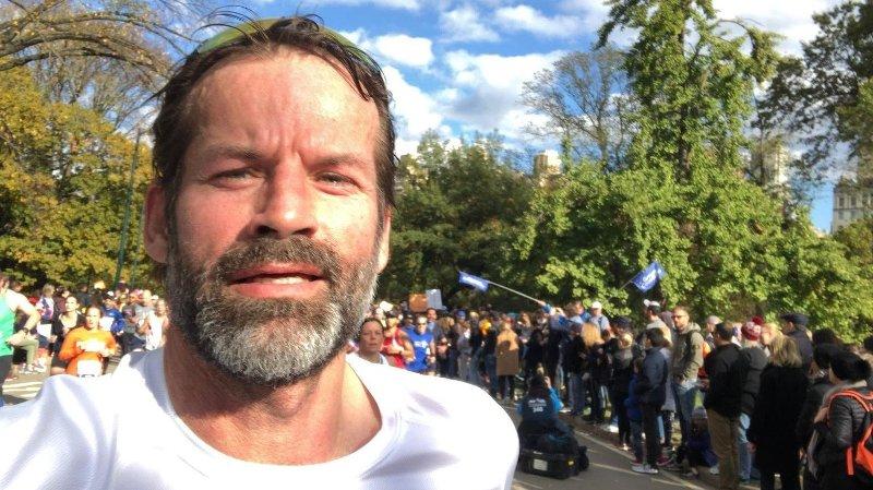 - Det var elleville tilskuere som jubler og heier stort sett gjennom hele løypa, sier Jon Almaas etter at han søndag kveld norsk tid kom i mål på New York Maraton.
