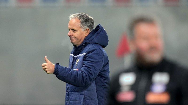 Oslo 20191019. Stabæk trener Jan Jönsson med tommelen opp etter eliteseriekampen i fotball mellom Vålerenga og Stabæk på Intility Arena. Kampen endte 0-2.