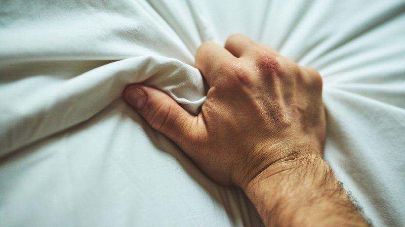 Knyttet mannshånd.