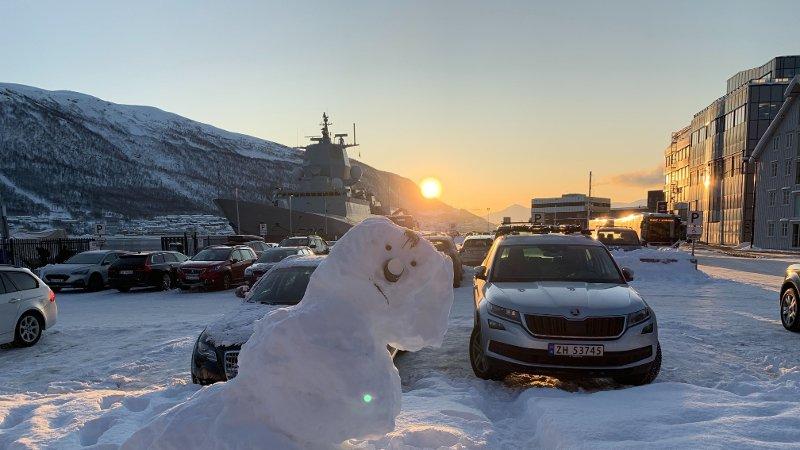 KALD FREDAG: I Troms våknet man til et tosifret antall minusgrader fredag morgen. Snømannen på bildet fant Nettavisens reporter på en parkeringsplass i Tromsø. Kaldest i Troms på morgenkvisten var Bardufoss - minus 24,5.
