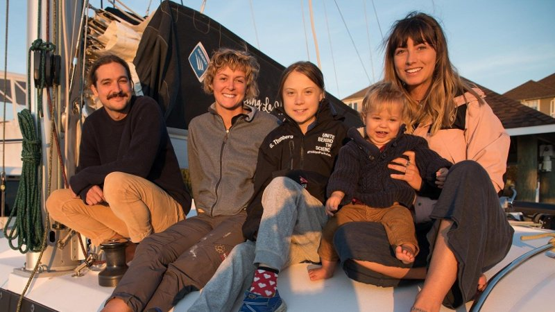 THUNBERG SEILER IGJEN: Greta Thunberg klar for ny seiltur over Atlanterhavet. Denne gang fra østkysten av USA til Spania. Her med sitt nye reisefølge.