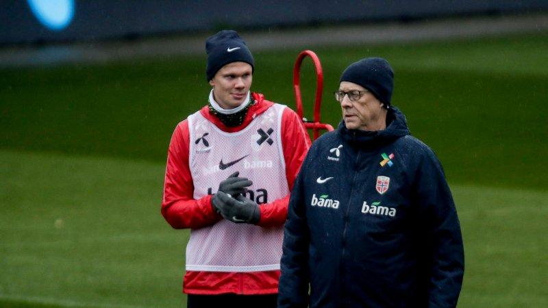 PÅ TRENING: Erling Braut Haaland og Lars Lagerbäck på samling med landslaget før EM-kvalikkampen mot Færøyene.