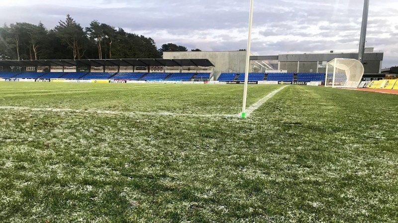 Sandnes 20191109. 1. divisjonskampen mellom Sandnes Ulf og Strømmen lørdag måtte utsettes på grunn av frost i bakken. Banen var ikke spillbar.