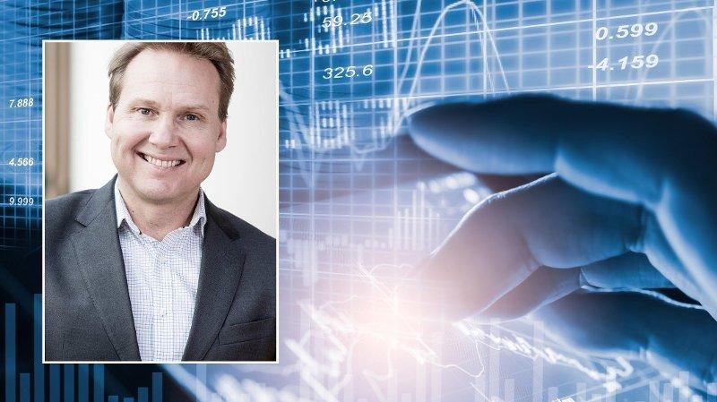 FÅR HJELP: Personmarkedsdirektør John Sætre i Nordea får hjelp av roboter til å digitalisere lånebehandlingene. Det kommer kundene til gode.