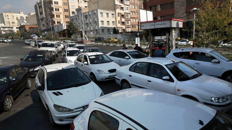 Flere biler i kø for å fylle bensin i Teheran i Iran fredag. Myndighetene økte uventet bensinprisene, noe som har ført til flere demonstrasjoner.