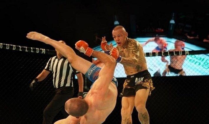 Davy Gallon mot Ross Pearson i MMA.