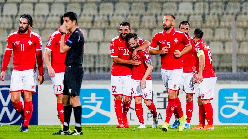 MÅL: Maltas Paul Fenech blir gratulert etter 1-1 målet under EM-kvalifiseringskampen i fotball mellom Malta og Norge på Ta'Qali stadion i Ta'Qali mandag.