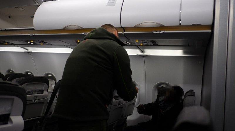 Bilde fra flykabin under en uttransportering gjort av Politiets Utlendingsenhet i 2014.
