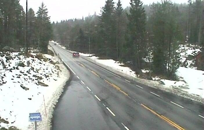 VENNESLA: Agder-fylkene har en grå og høstlig tirsdag, og det er ingen sol i sikte de neste dagene, ifølge meteorologene. Bildet er fra riksvei 9 ved Dalehefte i Vennesla i Vest-Agder.