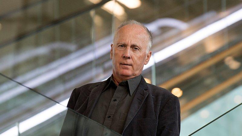 GÅR GJENNOM DOMMENE: Jussprofessor Henry John Mæland er setteriksadvokat for Nav-sakene, fordi riksadvokaten er inhabil. Han går gjennom trygdesvindeldommer og vurderer om de skal sendes videre til Gjenopptakelseskommisjonen.