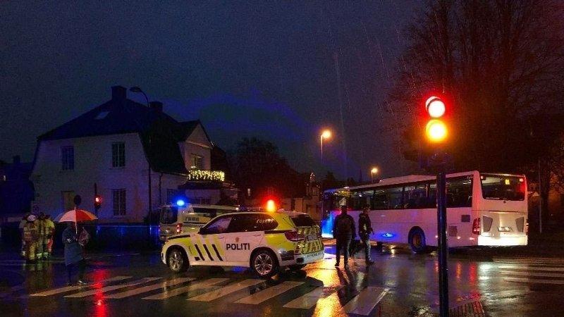 KJØRT TIL SYKEHUS: En person ble påkjørt av en buss i Sandefjord sentrum i morgentimene torsdag.