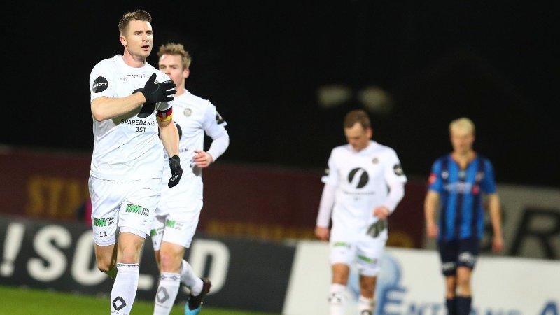 UTLIGNING: Her utlignet Mjøndalen-kaptein Christian Gauseth på Nadderud, og slår seg på brystet etter scoringen.