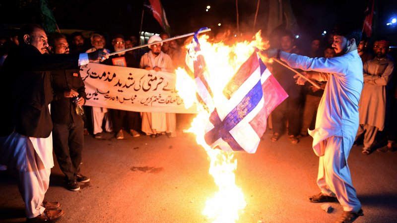 Her tenner pakistanske demonstranter på det norske flagget i protest mot brenning av Koranen.