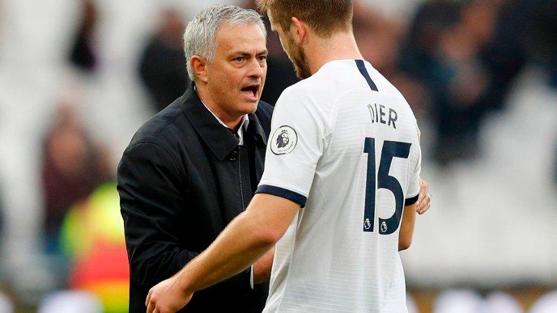 José Mourinho snakker med Eric Dier på vei ut av banen